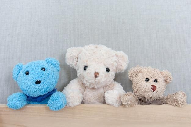 Ursos de pelúcia na placa de madeira