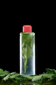 Urtiga em uma garrafa de plástico transparente com uma tampa vermelha