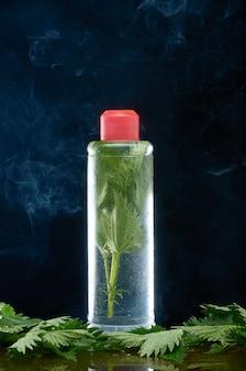 Urtigas em uma garrafa de plástico e uma nuvem de fumaça