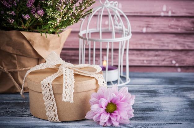 Urze rosa em pote, caixa de presente com laço