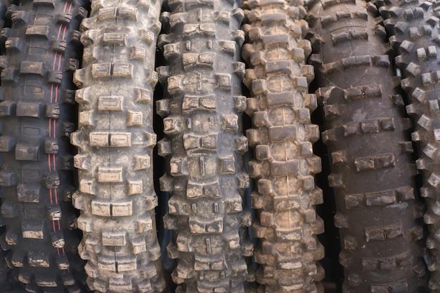 Usado fora do fundo dos pneus de motocross da estrada.