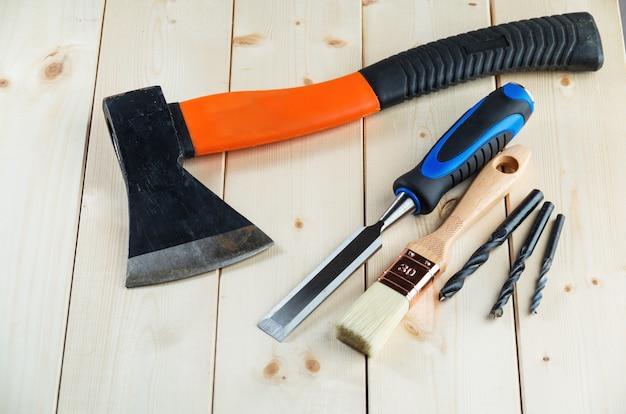 Usado marceneiro ou ferramentas de carpinteiro na mesa de madeira