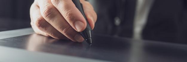 Usando a caneta stylus trabalhando no tablet