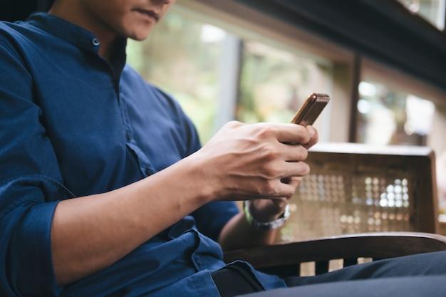 Usando a tecnologia de conexão on-line para negócios, educação e comunicação.