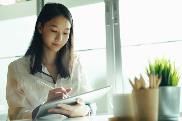Usando a tecnologia de conexão online para negócios, educação e comunicação.