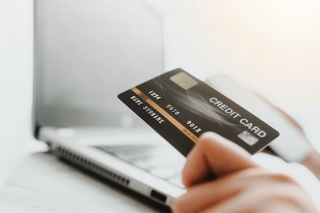 Usando cartão de crédito para compras on-line ou pagamento