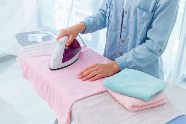 Usando ferro para passar roupas e roupas após a lavagem