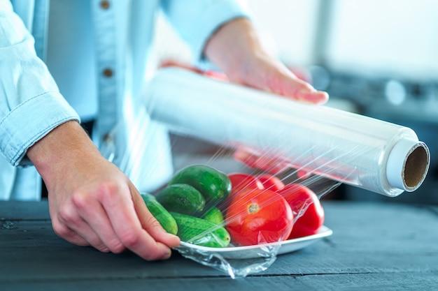 Usando filme alimentar para armazenamento de alimentos na geladeira