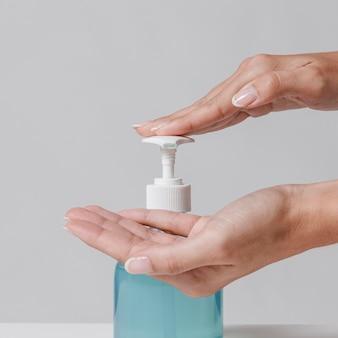 Usando gel hidroalcoolique desinfetante para as mãos, close-up