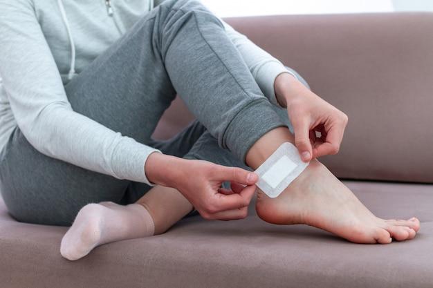 Usando gesso adesivo bactericida para uso médico. cuidados com a pele do pé e prevenção de calos e calosidades. primeiros socorros