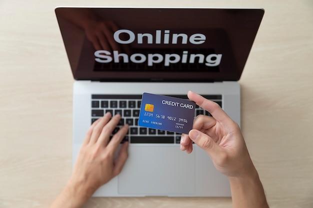 Usando laptop e compras online com cartão de crédito