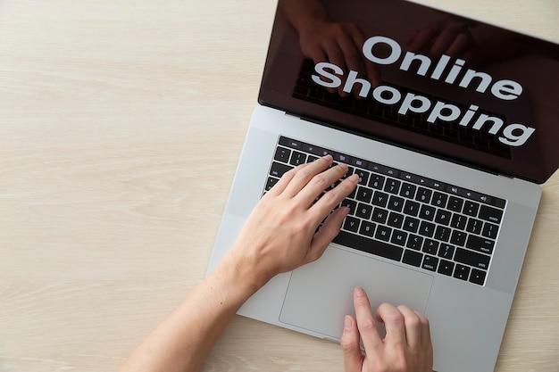 Usando laptop para compras online