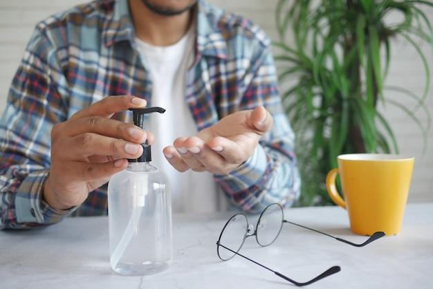 Usando líquido desinfetante para prevenir o vírus corona