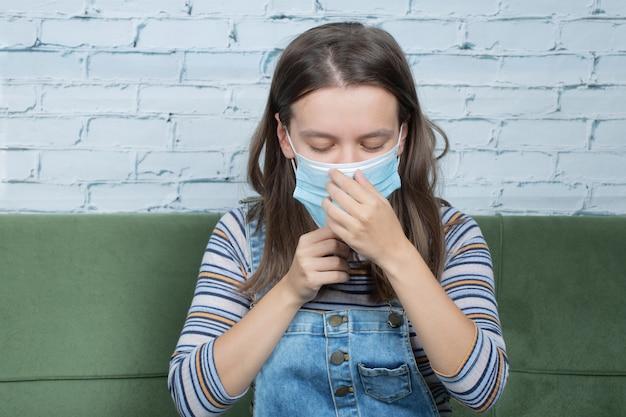 Usando máscara facial para prevenir o vírus cobiçoso