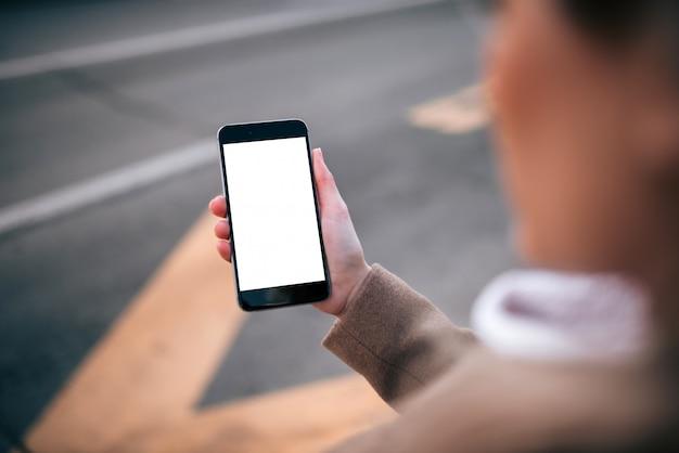 Usando o aplicativo de serviço de táxi no telefone inteligente, tela em branco.