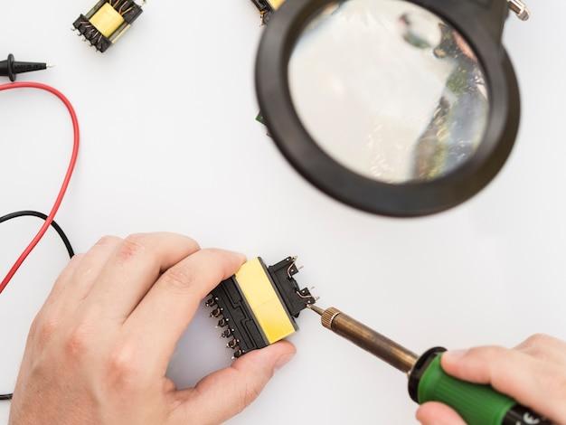 Usando o ferro de solda para fixar um conector