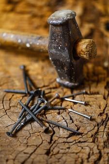 Usando o martelo e as unhas na madeira