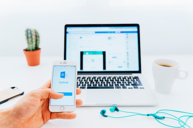 Usando o outlook no telefone e no facebook no laptop