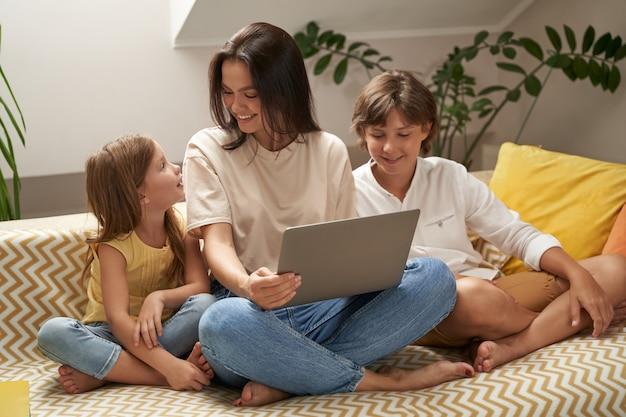 Usando tecnologias modernas, jovem, linda, feliz, família caucasiana, mãe e dois, fofinho, pequeno