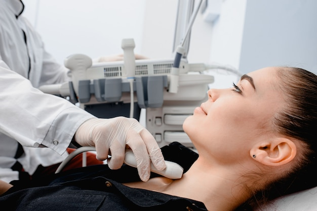 Usando ultrassom para verificar a glândula tireóide Foto Premium