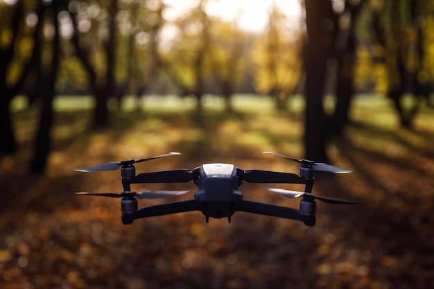 Usando um drone no outono. voando pelo parque