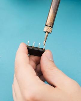 Usando um ferro de solda para reparar um componente