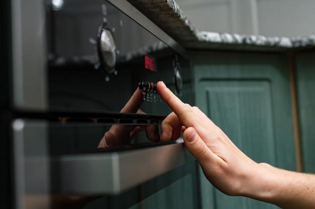 Usando um forno elétrico para assar e cozinhar