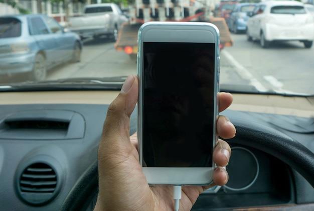 Usando um smartphone enquanto dirige um carro