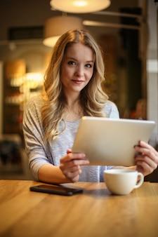 Usando um tablet em um café