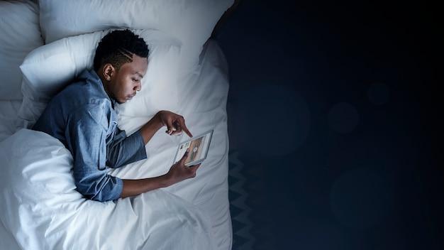 Usando um tablet na cama