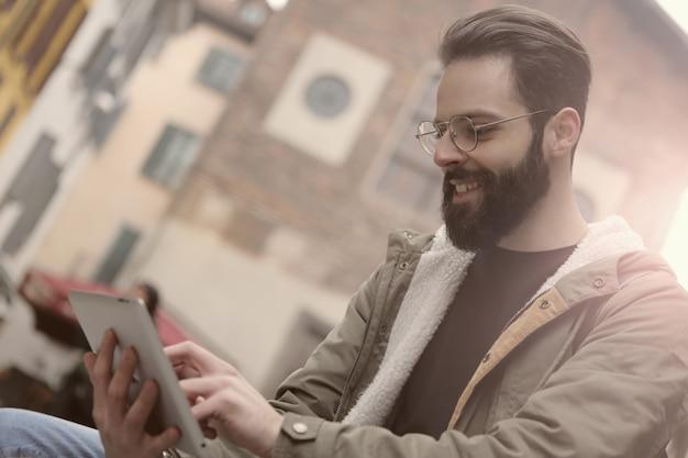Usando um tablet na rua