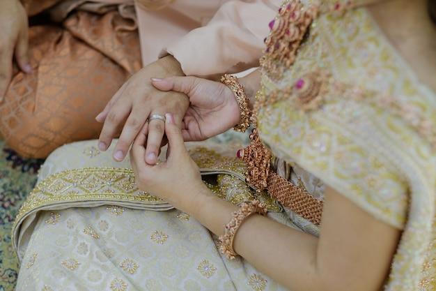 Usar um anel, anel de casamento, casal amor