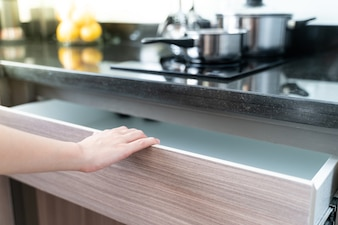Use a gaveta da cozinha da tração da mão de madeira