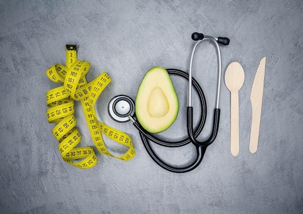 Use abacate na perda de peso sob supervisão médica de nutricionista. Foto Premium
