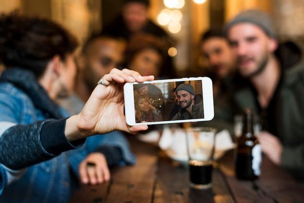 Use amigos do grupo da foto do selfie do telefone móvel