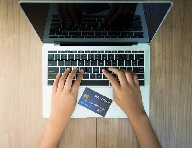 Use cartões de crédito para comprar produtos online - imagens