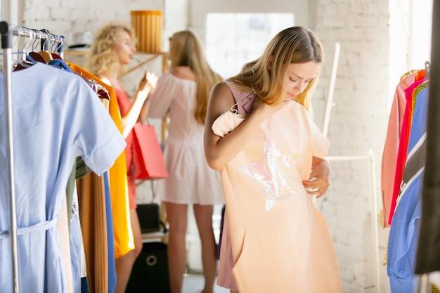 Use para ter confiança use a loja de roupas durante as vendas da coleção de verão ou outono