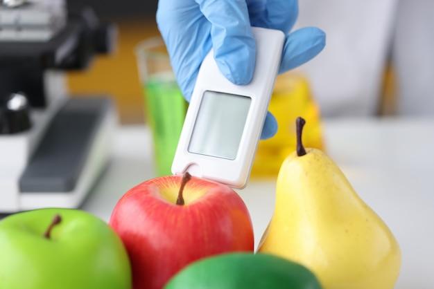 Use testador de nitrato para frutas e vegetais, verificando o conceito de qualidade dos produtos