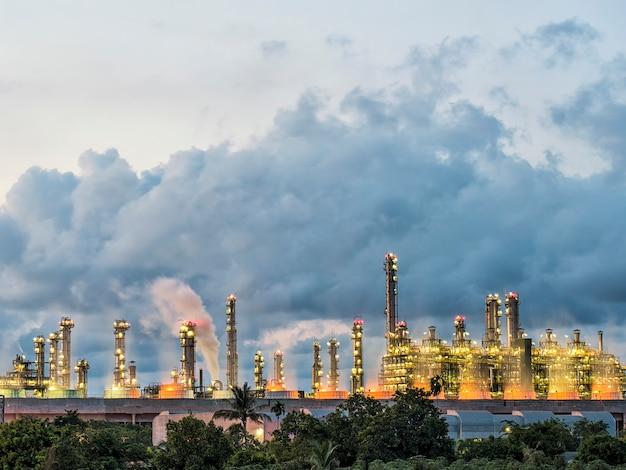 Usina a vapor na fábrica de refinaria de petróleo