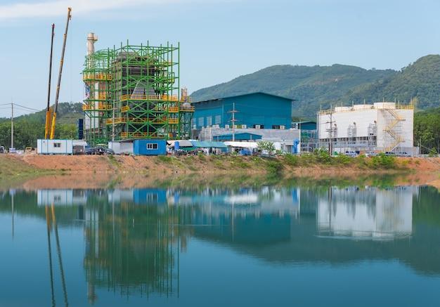 Usina de biomassa na tailândia e reflexão da água