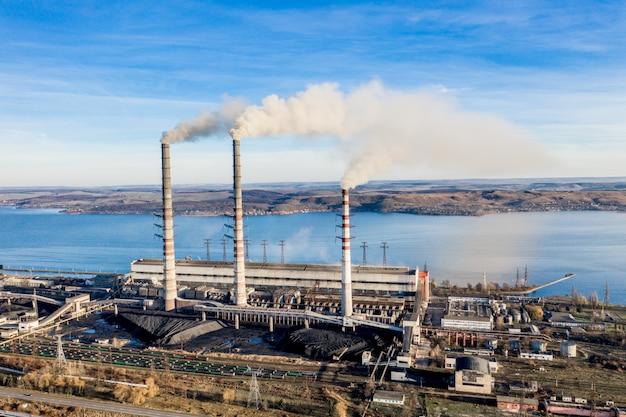 Usina de eletricidade a carvão industrial pesada com tubos e fumaça em preto e branco