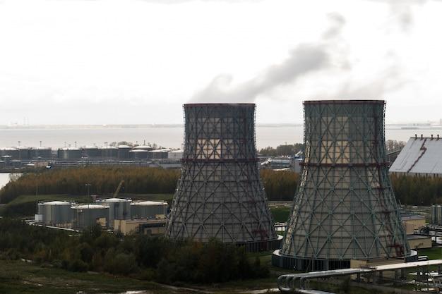 Usina de energia com dois tubos grandes