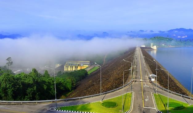 Usina de energia elétrica, bhumibol barragem estrada caminho na tailândia