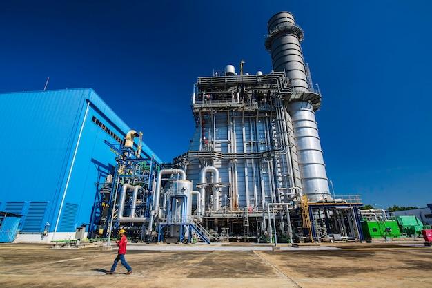 Usina de energia elétrica durante a chaminé de fumaça da subestação e usina de energia linda cor azul céu
