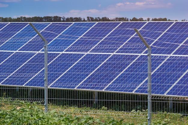 Usina de energia solar com cerca metálica