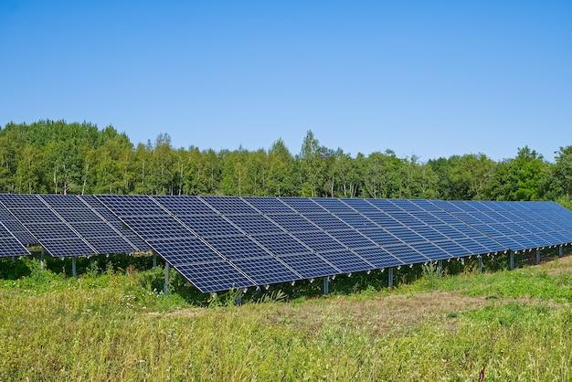 Usina de energia solar em painéis fotovoltaicos de dia de verão para produção de energia elétrica renovável