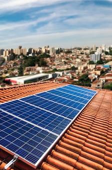 Usina fotovoltaica no telhado de um edifício residencial em dia ensolarado - conceito de energia solar de recursos sustentáveis