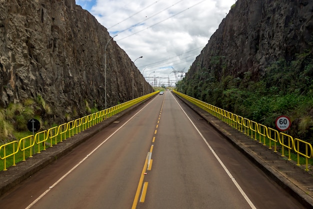 Usina hidrelétrica itaipu binacional em foz do iguaçu brasil na fronteira com o paraguai
