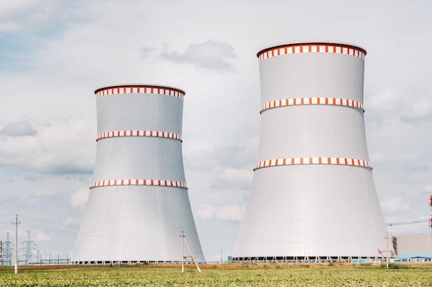 Usina nuclear bielorrussa no distrito de ostrovets. campo ao redor da usina nuclear. bielo-rússia.