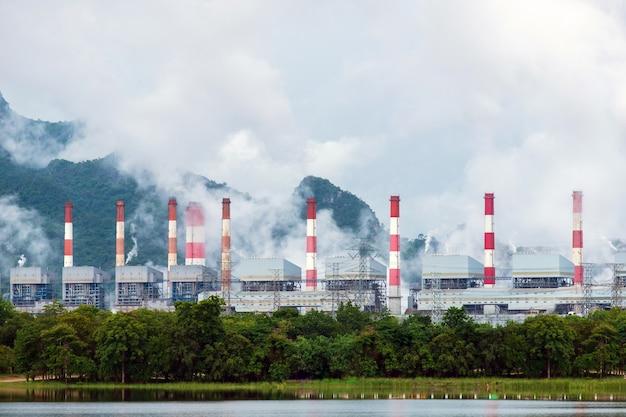 Usina termoelétrica a carvão da mina mae moh na tailândia